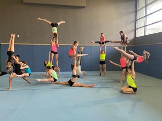 figure pyramides réalisée par des jeunes gymnastes © Marly Acrobat'Club