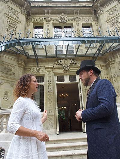 Comédienne et comédien au château de Monte-Cristo