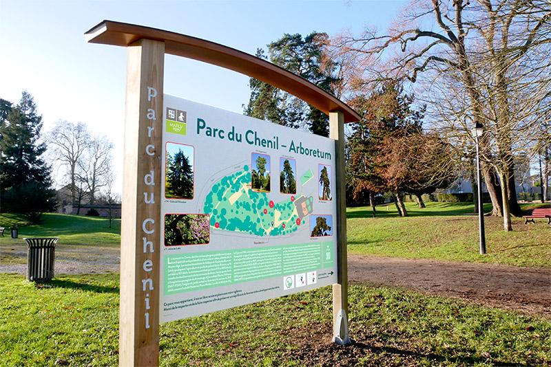 Panneau descriptif des arbres de l'arboretume