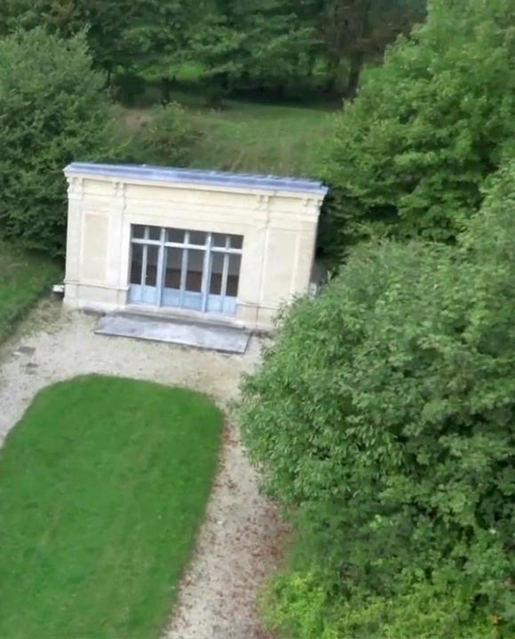 Pavillon dit Anne de Gaulle dans le parc de Marly
